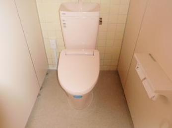 和式トイレから使いやすい洋式トイレへと交換リフォームです。