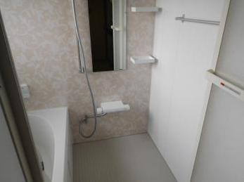 ステンレス製の浴槽から広々としたユニットバスへとリフォームされました