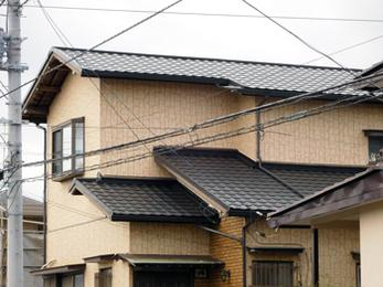 屋根瓦からガルバニューム鋼板に葺き替えたので、台風の時も安心です。
