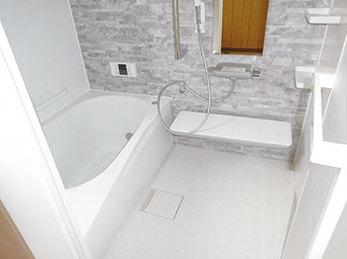 TOTO大人気のサザナで、床面は滑りにくい設計のご両親が安心してお使いいただける浴室にリフォーム。